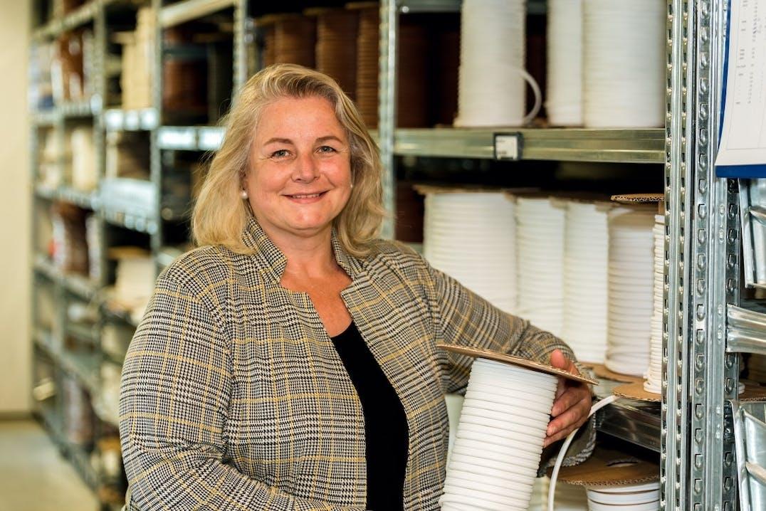 """Im Dienst der Dichtungen: Catrin Graf führt ihr erfolgreiches Unternehmen, die """"Graf-Dichtungen GmbH"""", in dritter Generation. Foto: Graf-Dichtungen GmbH"""