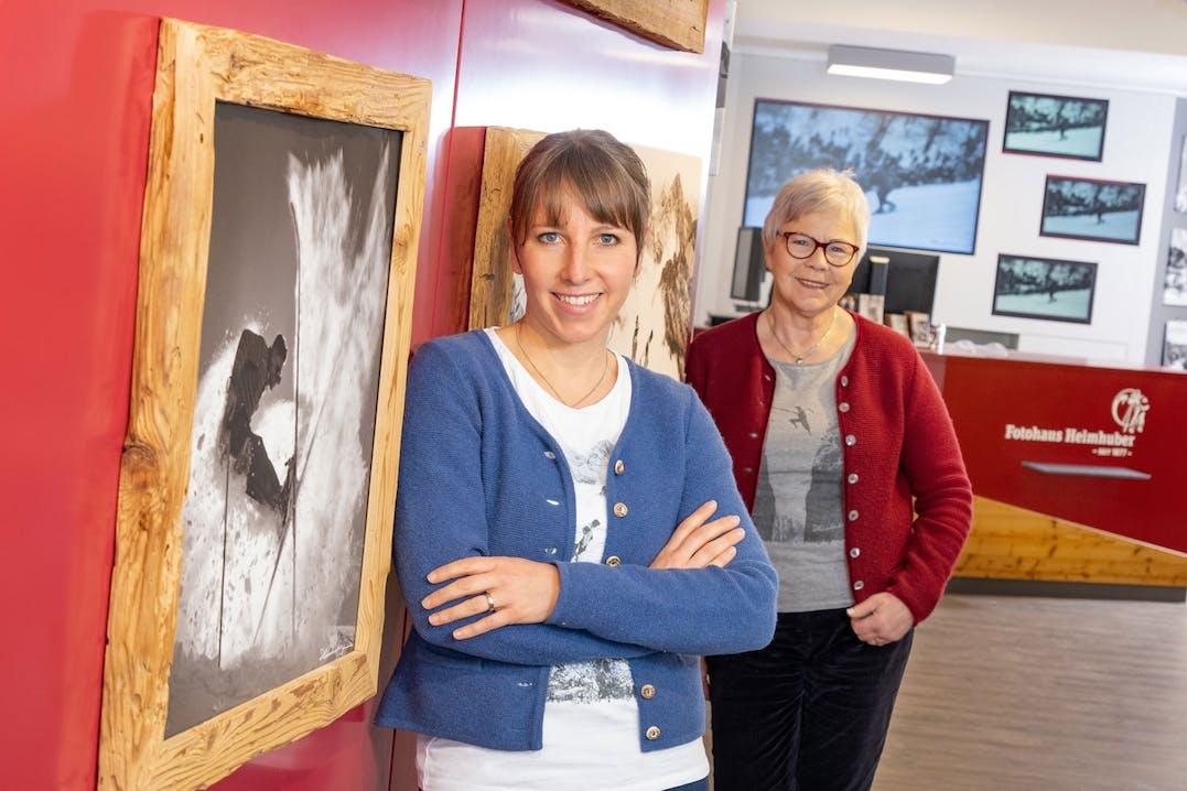 """Sind stolz auf das Erreichte: die Inhaber des Ladens """"Fotohaus Heimhuber"""" in Sonthofen, Lena Heimhuber (vorne) und ihre Mutter Claudia Heimhuber. Foto: Fotohaus Heimhuber"""