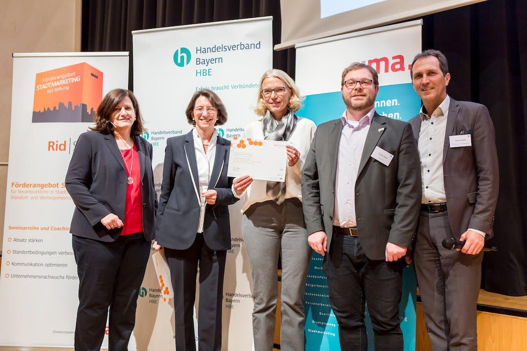 V.l.n.r.: Simone Streller, Handelsverband Bayern HBE; Michaela Pichlbauer, Rid Stiftung; Vertreter_in der Aktiv Ring GmbH, Friedberg; Roland Wölfel, CIMA.