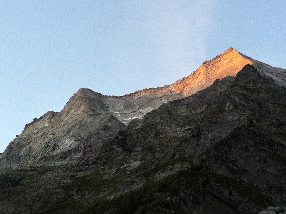 Der Gipfel hat sich fein gemacht, unten ist es noch düster.