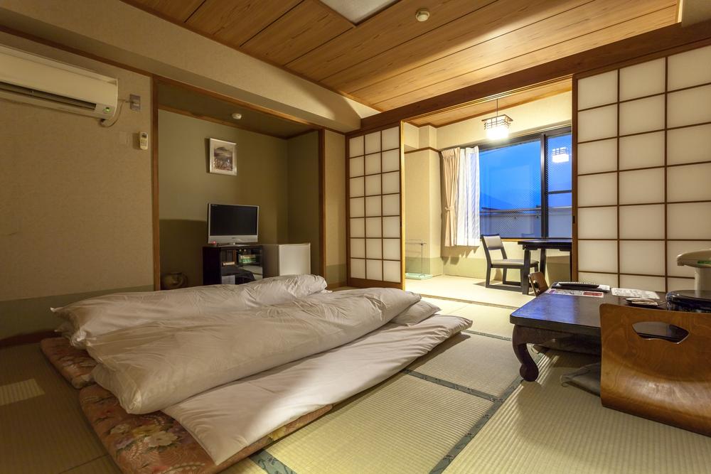 Japanische innenarchitektur minimalistischer raum der viel platz schafft - Japanische innenarchitektur ...