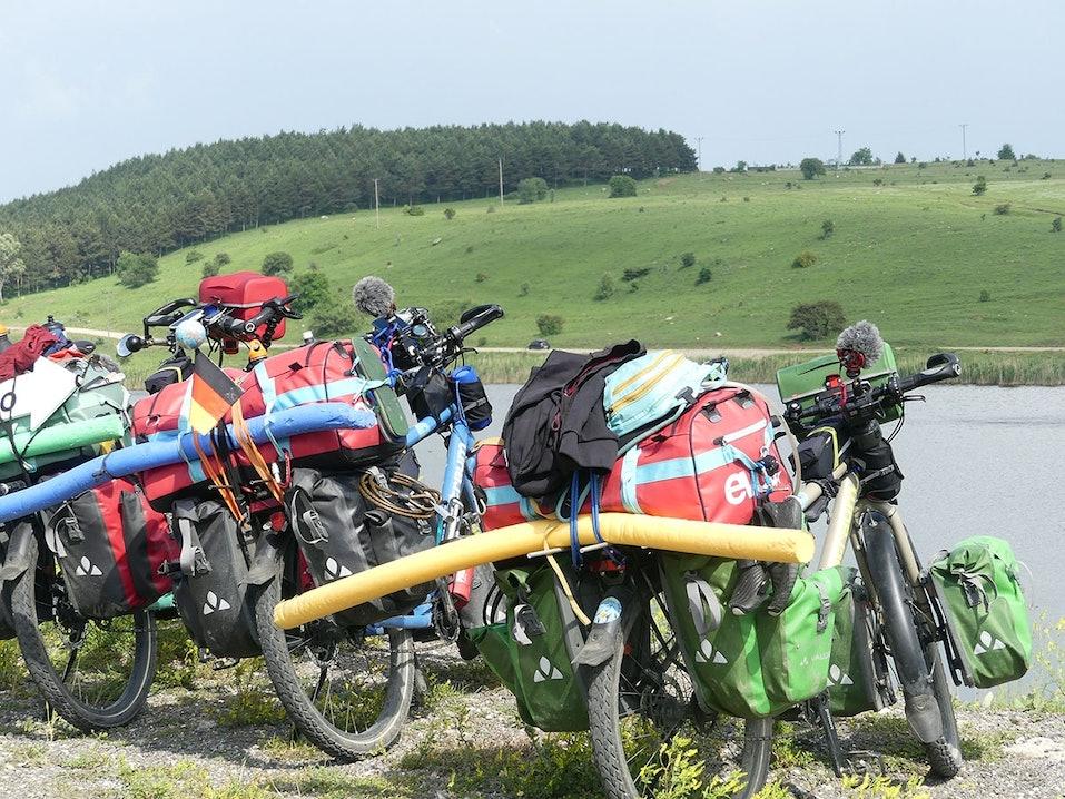 Vollbepackte Fahrräder der Pasta Gorillas