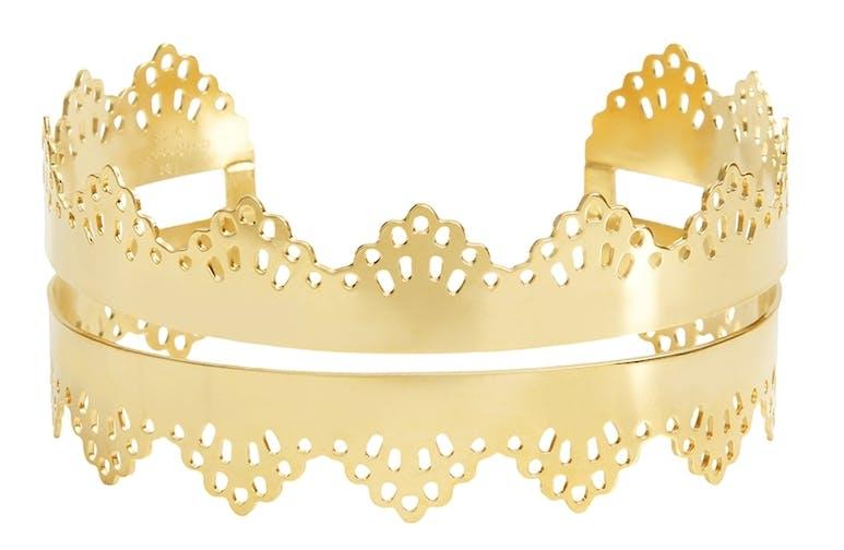 On craque pour la féminité de cette sublime manchette Galila. Ce bracelet totalement tendance et glamour habillera à merveille votre poignet.  À porter seul pour un maximum d'effet !  Laiton doré à l'or fin 24K