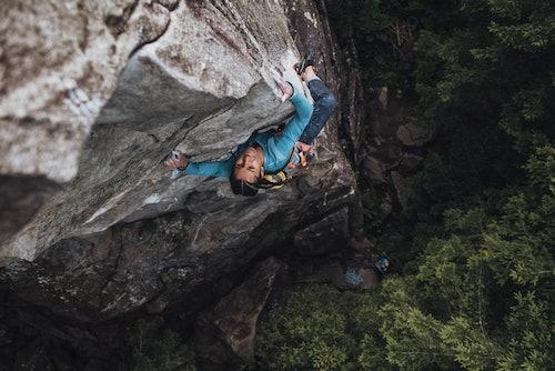 Donna che arrampica