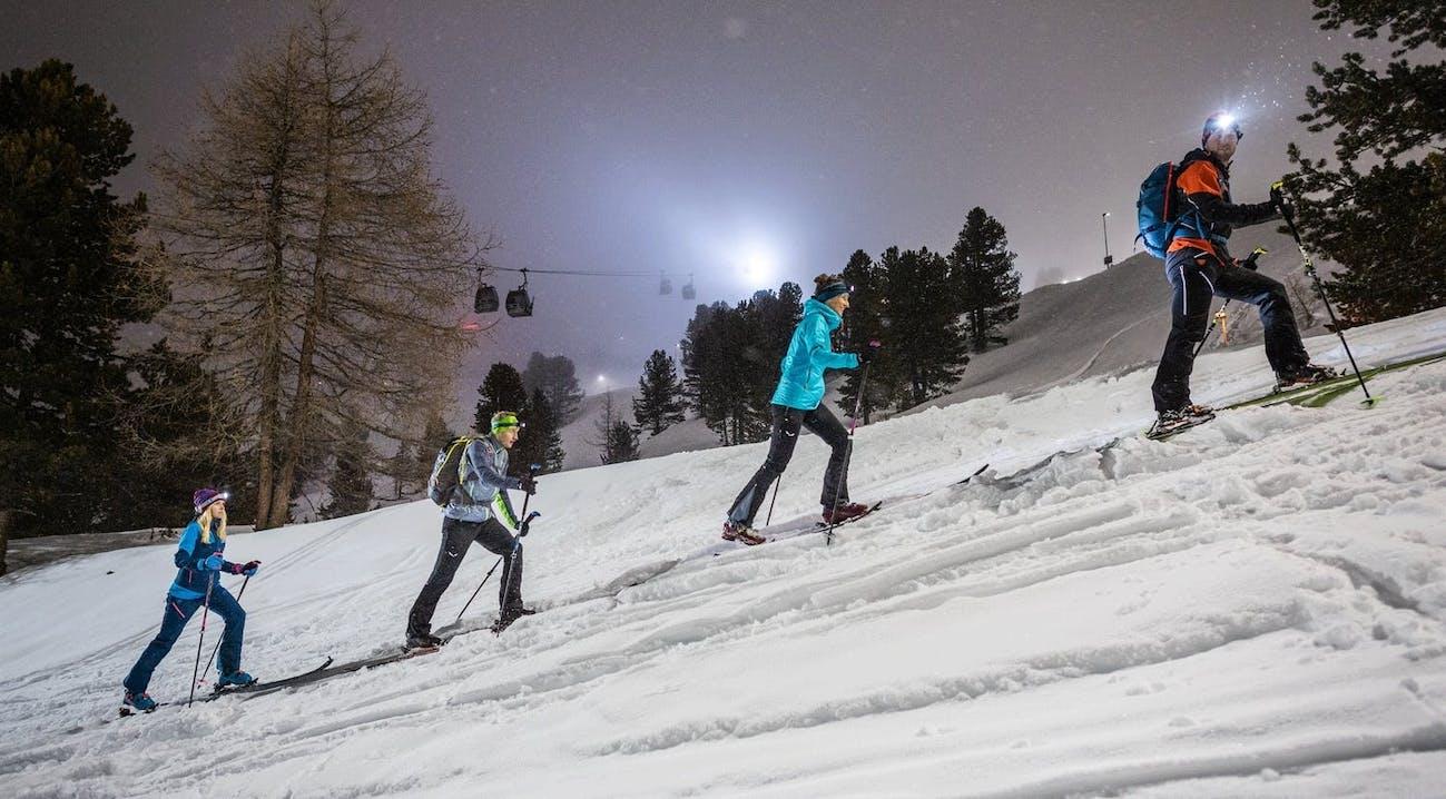 Scialpinisti risalgono la montagna