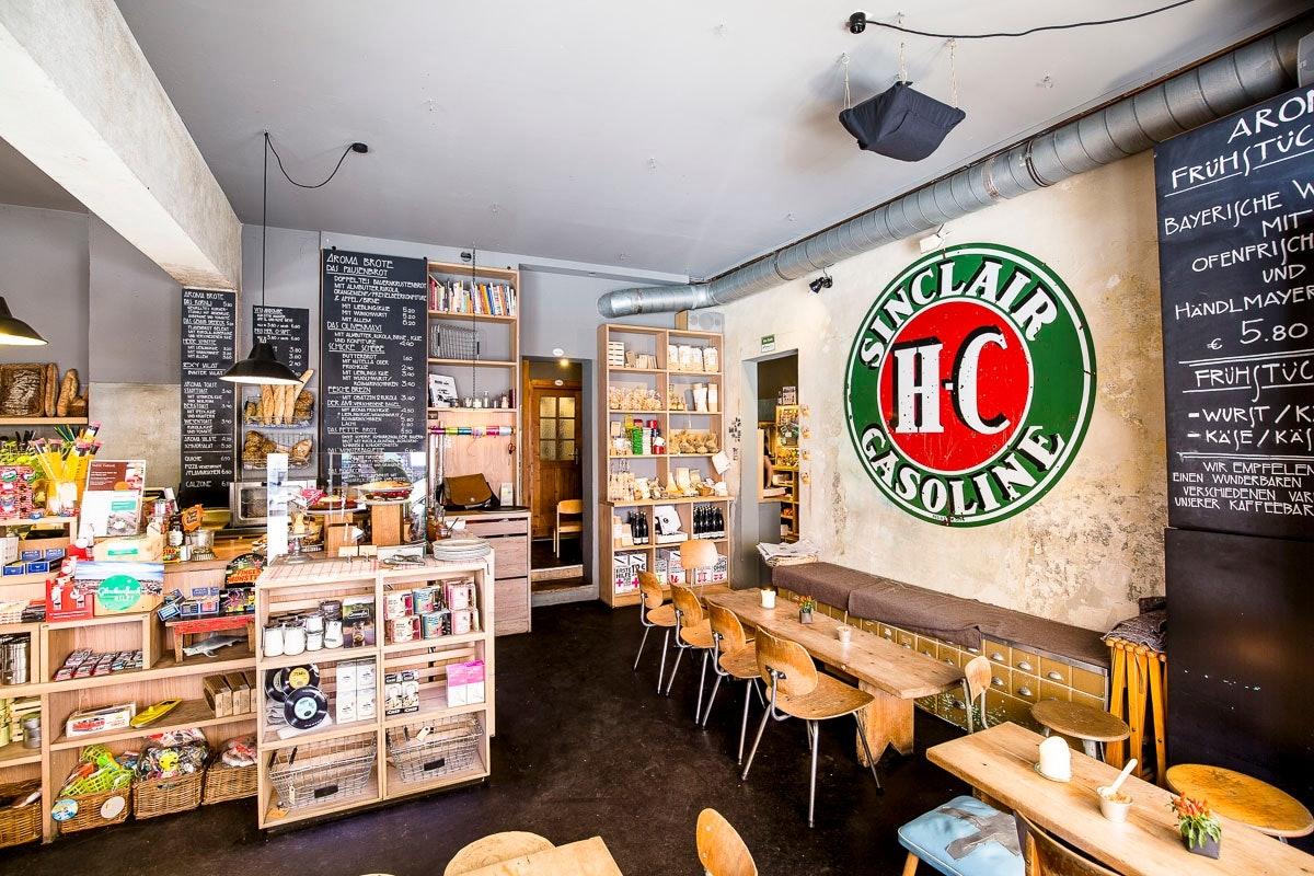 AROMA Kaffeebar: Krämerladen und Café mit eigenwilligem Interieur. // Fotos (inkl. Titel): Christian Krinninger