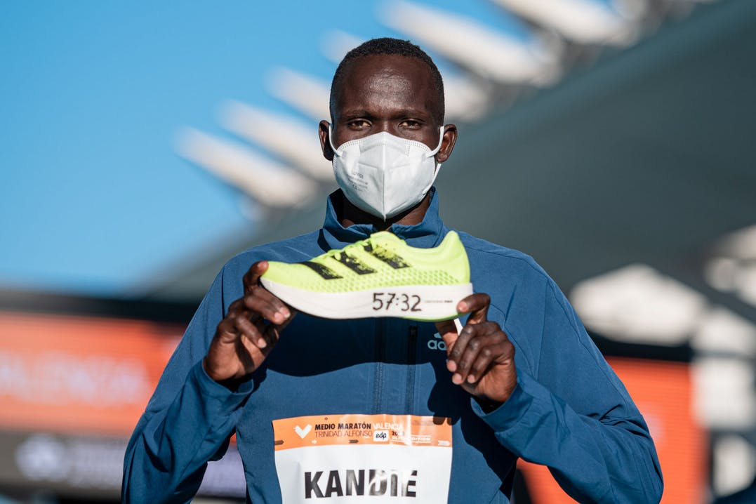 Kibiwott Kandie mostra le scarpe Adidas Adizero Adios Pro