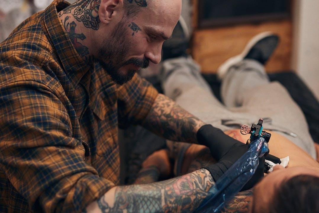 Tattoo Artist Swen Losinsky bei der Arbeit