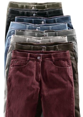 : 8 Hosen in verschiedenen Farben hintereinander gelegt.