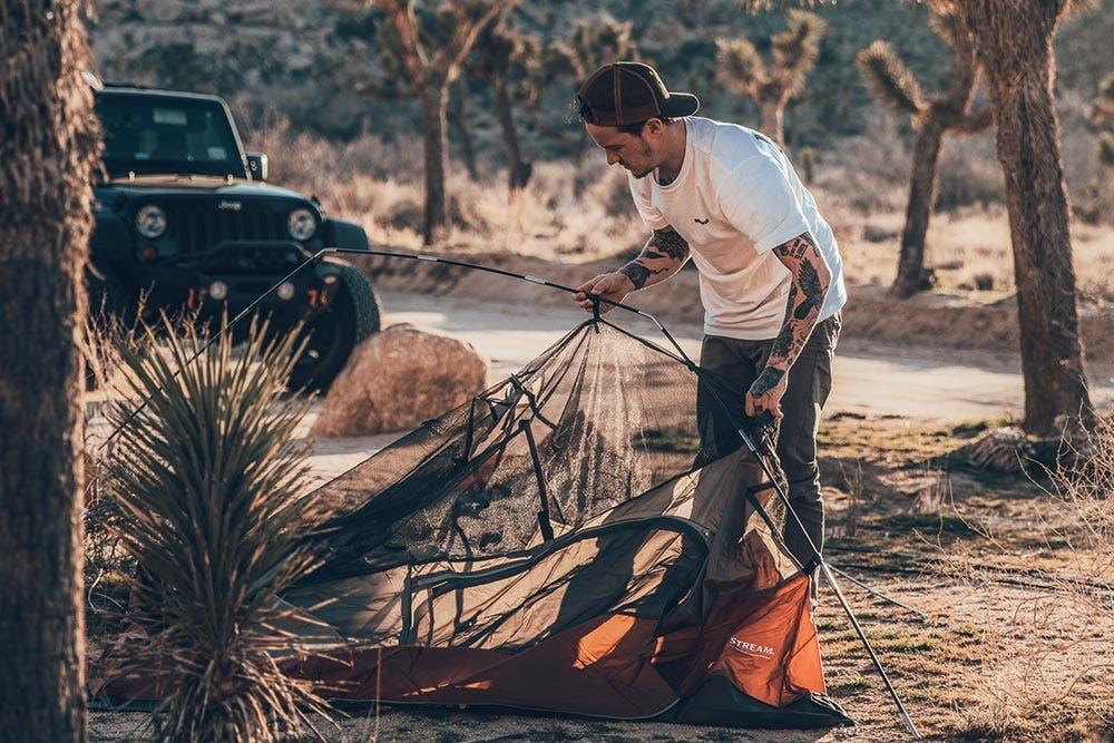 Zelt Aufbau in der Wüste