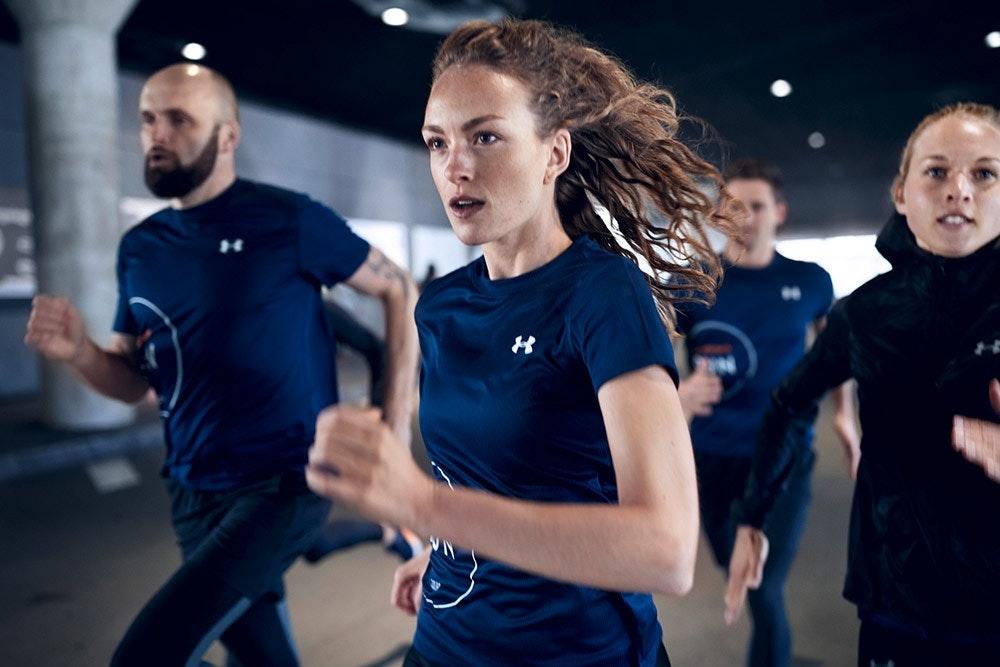 Fokussierte Läuferin in Laufgruppe
