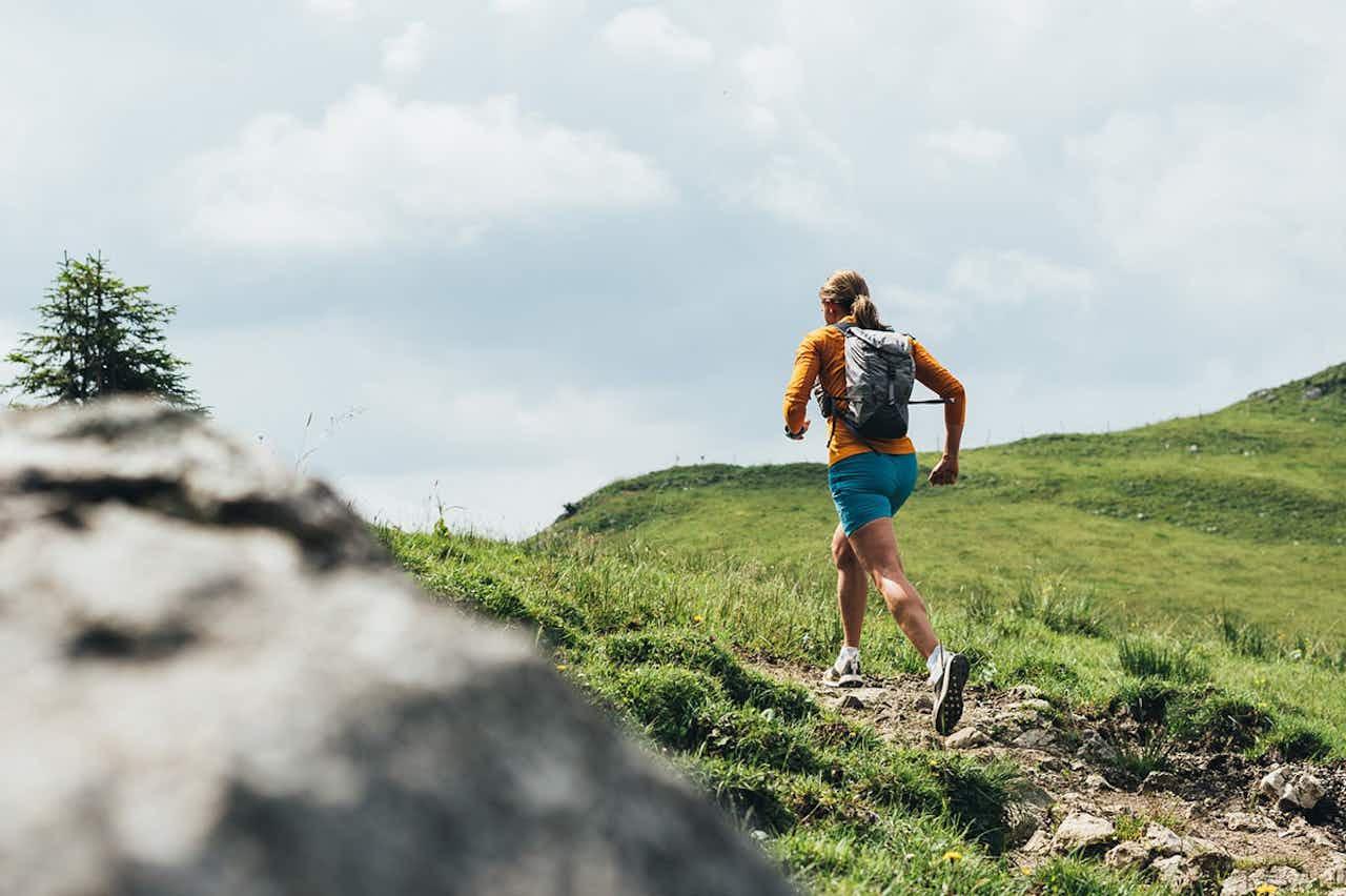 Frau beim Trailrunning