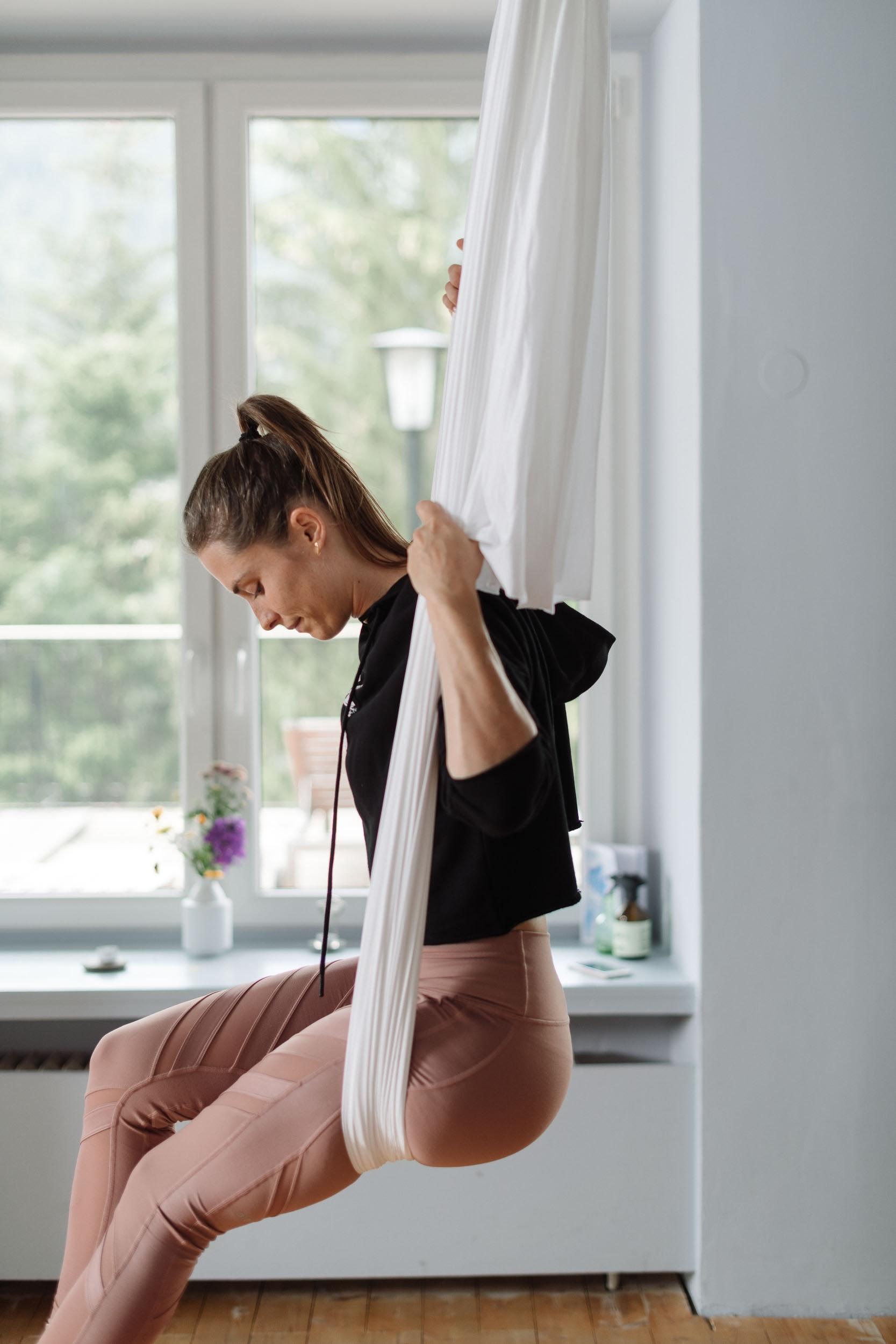 Beim Aerial Yoga im dazugehörigen Tuch schaukeln