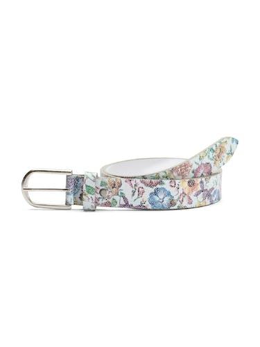Gürtel mit buntem Blumenmuster und grauer Schließe.