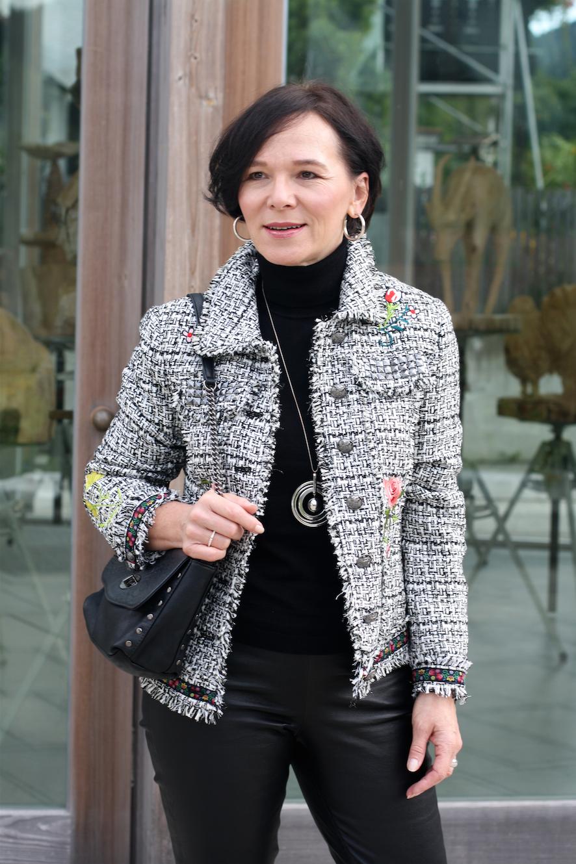 Bloggerin Annette zeigt einen eleganten Herbstlook für's Büro