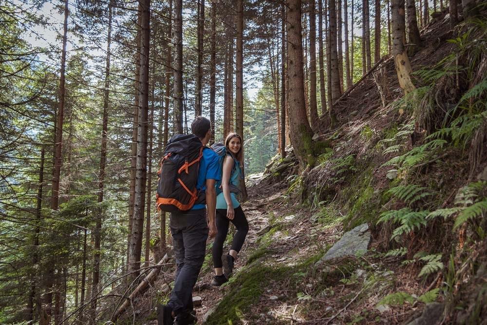Paar beim Wandern im Wald