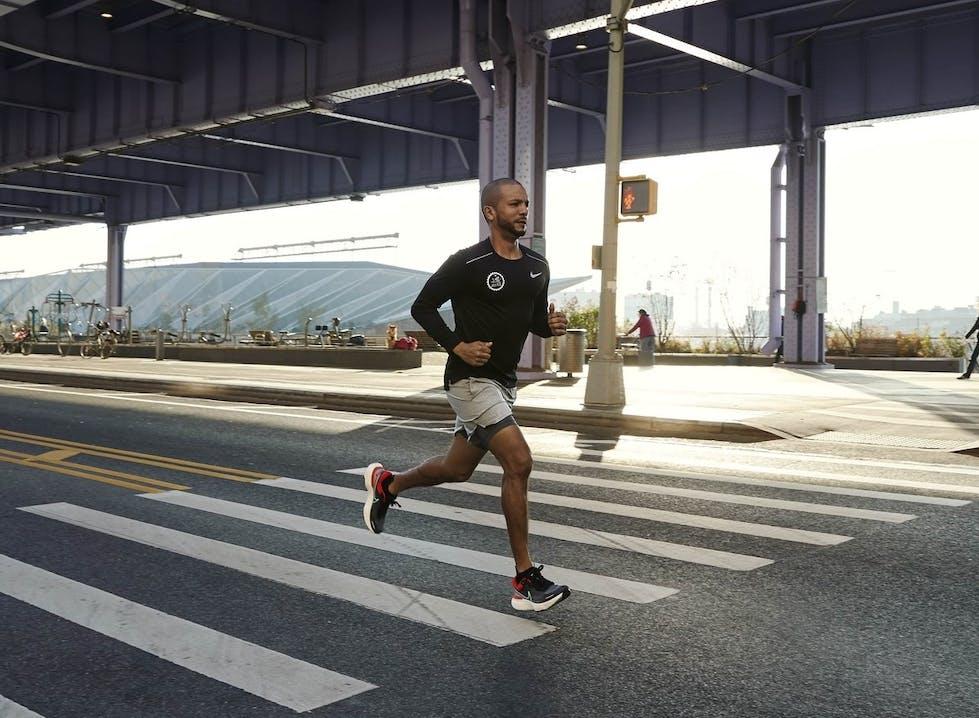 Uomo che corre in ambiente cittadino