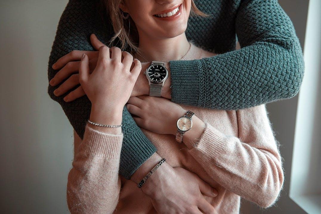 Cette Montre pour Femme CHRONOSTAR se compose d'un Boîtier Rond de 28 mm et d'un Bracelet en Métal, en Acier et PVD Bicolore