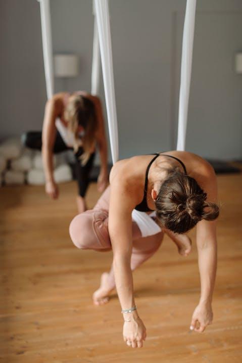 Dehnen ist ein wichtiger Bestandteil beim Aerial Yoga