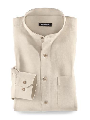 Beiges Hemd mit Stehkragen und braunen Knöpfen.