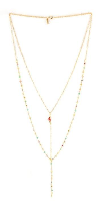 Un éclat de quartz rose rayonne au centre de ce collier long double pierres fines DITA. Comme un cœur précieux, il sublime une chaine de pierres fines assorties et chaine fine en chapelet.