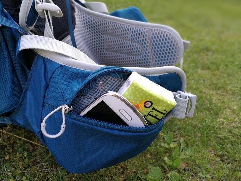 Die geräumigen Taschen an den breiten Hüftgurten bieten Raum für vieles.