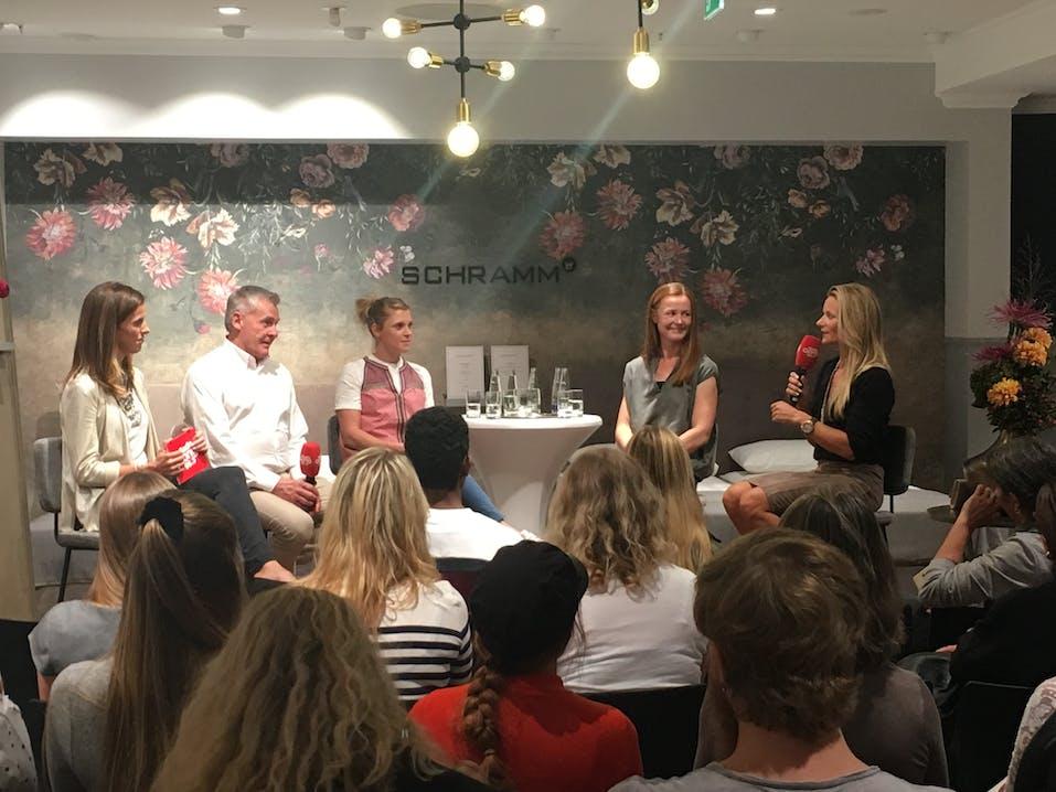 Schlaf in Extremstuationen: Talkrunde mit  Evi Sachenbacher-Stehle (3. von links), Claudia Nystad (rechts), Katrin Zeller (2. von rechts) und Dr. Paul-Friedrich Metz & Moderatorin Anja Mörk von Radio Gong (links).