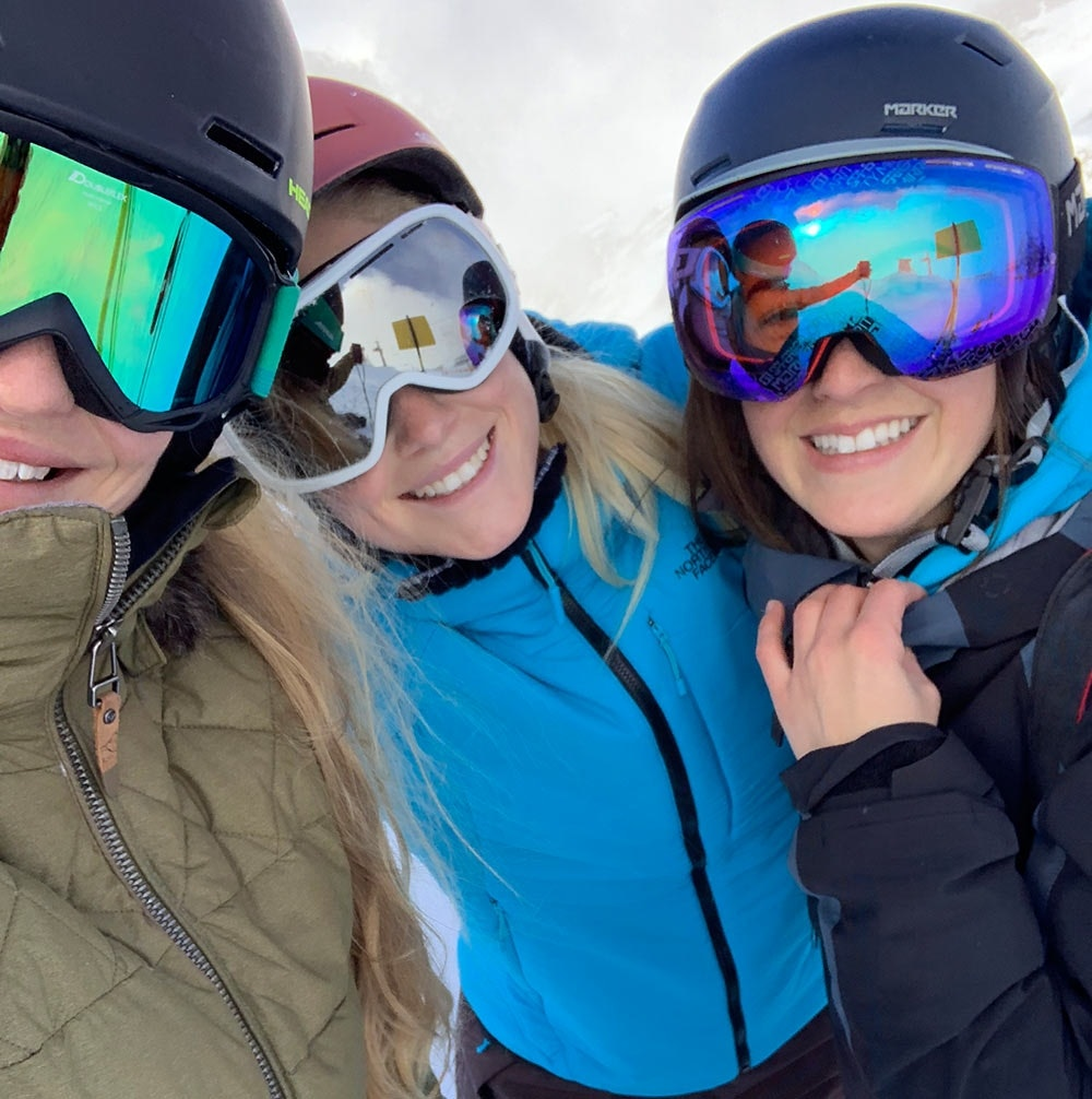 Junge Frauen beim Skifahren