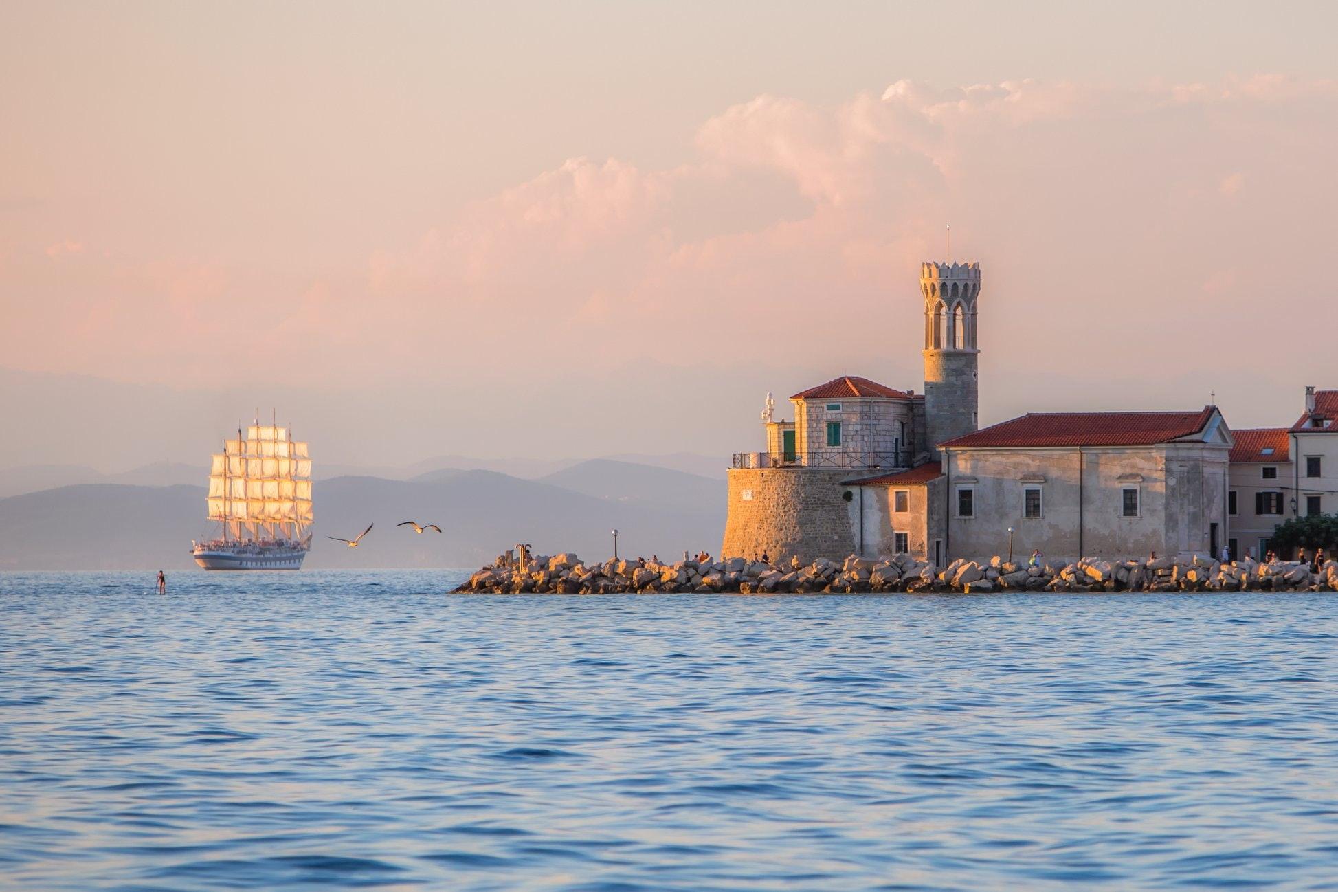 Burg am Wasser mit Schiff