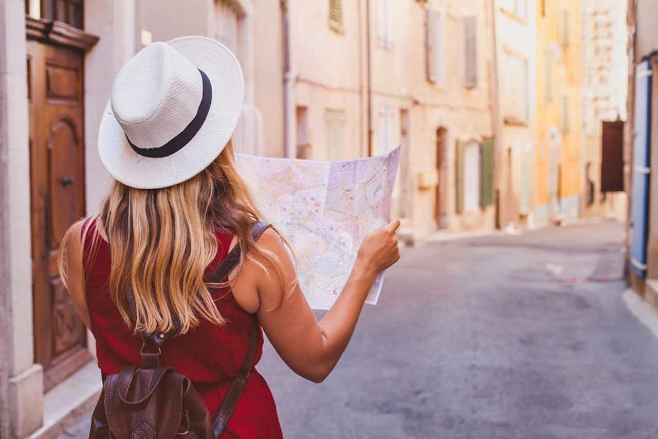 Touristin mit Stadtplan