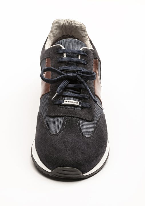 Schwarzer Sneaker mit Mittelschleife.