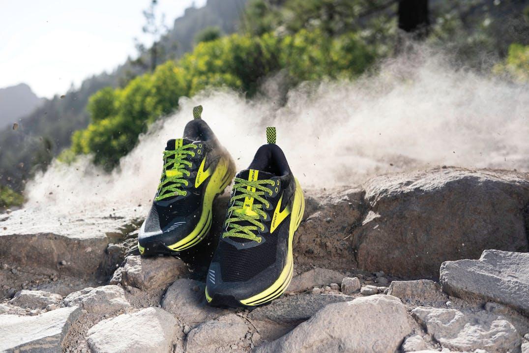 Primo piano di scarpe tra le rocce