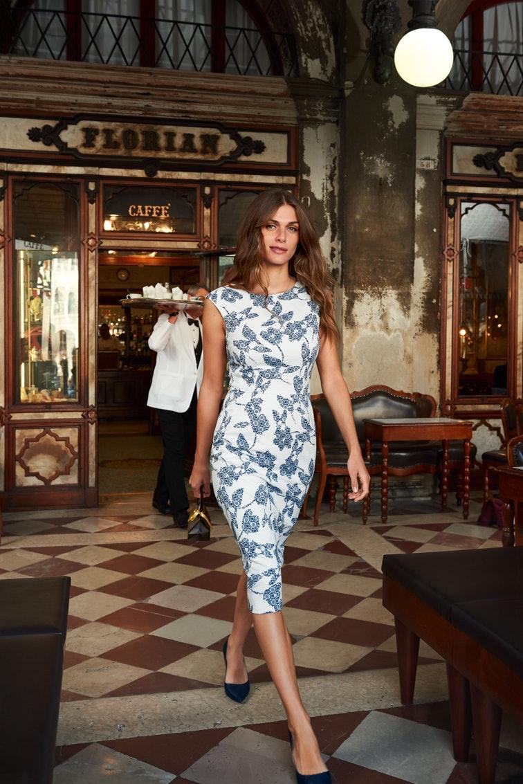 Elisa Sednaoui in einem blau weißen MADELEINE Kleid.