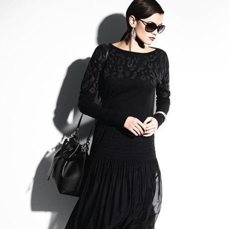 Schwarzer Pullover mit zart schimmerndem Kaviar-Druck
