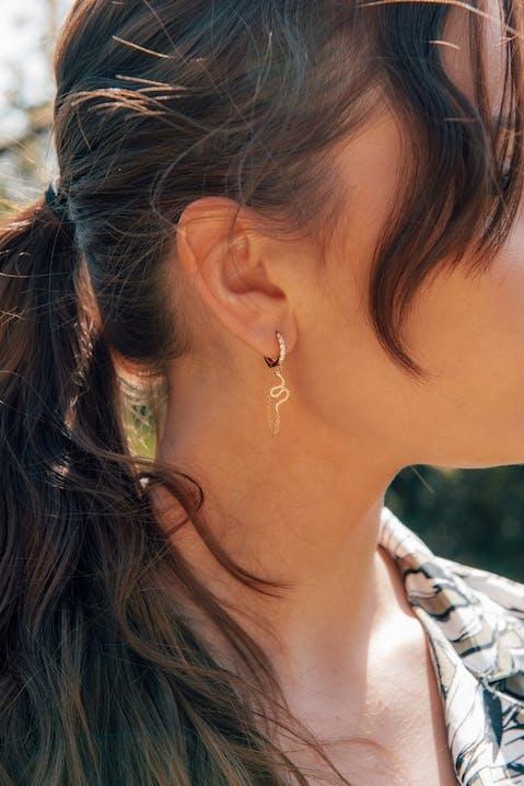 Ces Boucles d'oreilles IMPALA sont en Plaqué Or et Oxyde