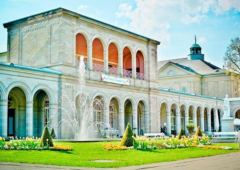 Großes, helles Steingebäude mit Vorgarten und Springbrunnen