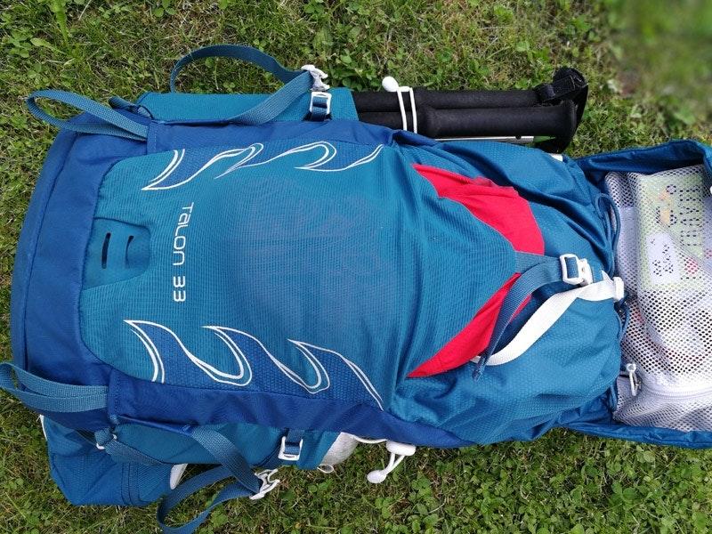 Sofort greifbar! In die Fronttasche passt die Regenjacke bestens rein.