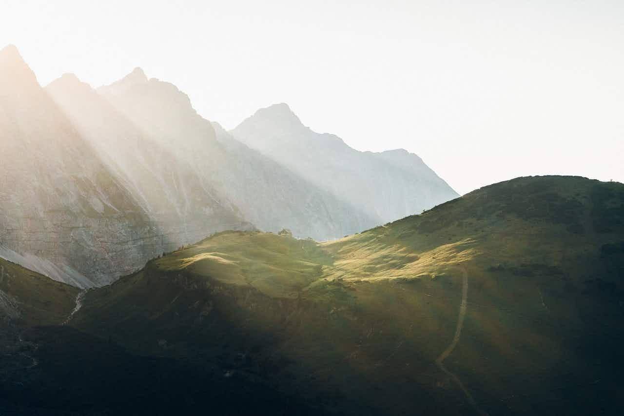 Sonnenstrahlen am Bergpanorama