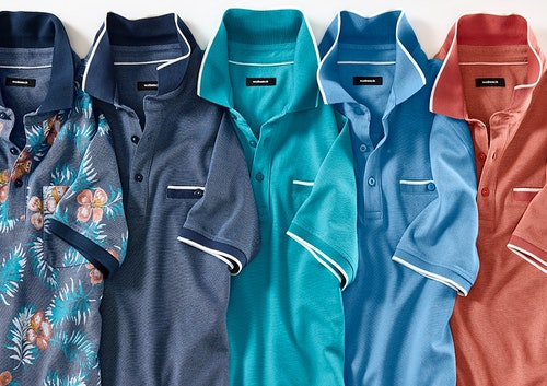 5 Polos mit Blumenmuster und in Blau, Grün, Blau und Orange in einer Reihe nebeneinander gelegt.