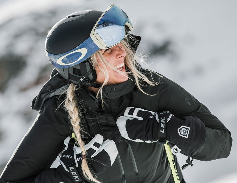 Skifahrerin mit Skihelm