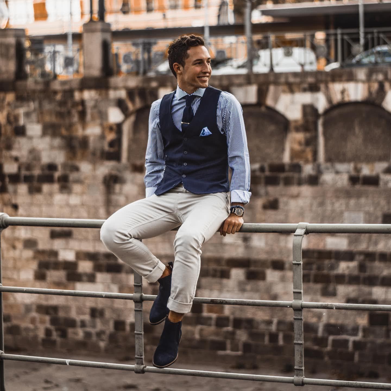 Mann in Business Outfit und Weste