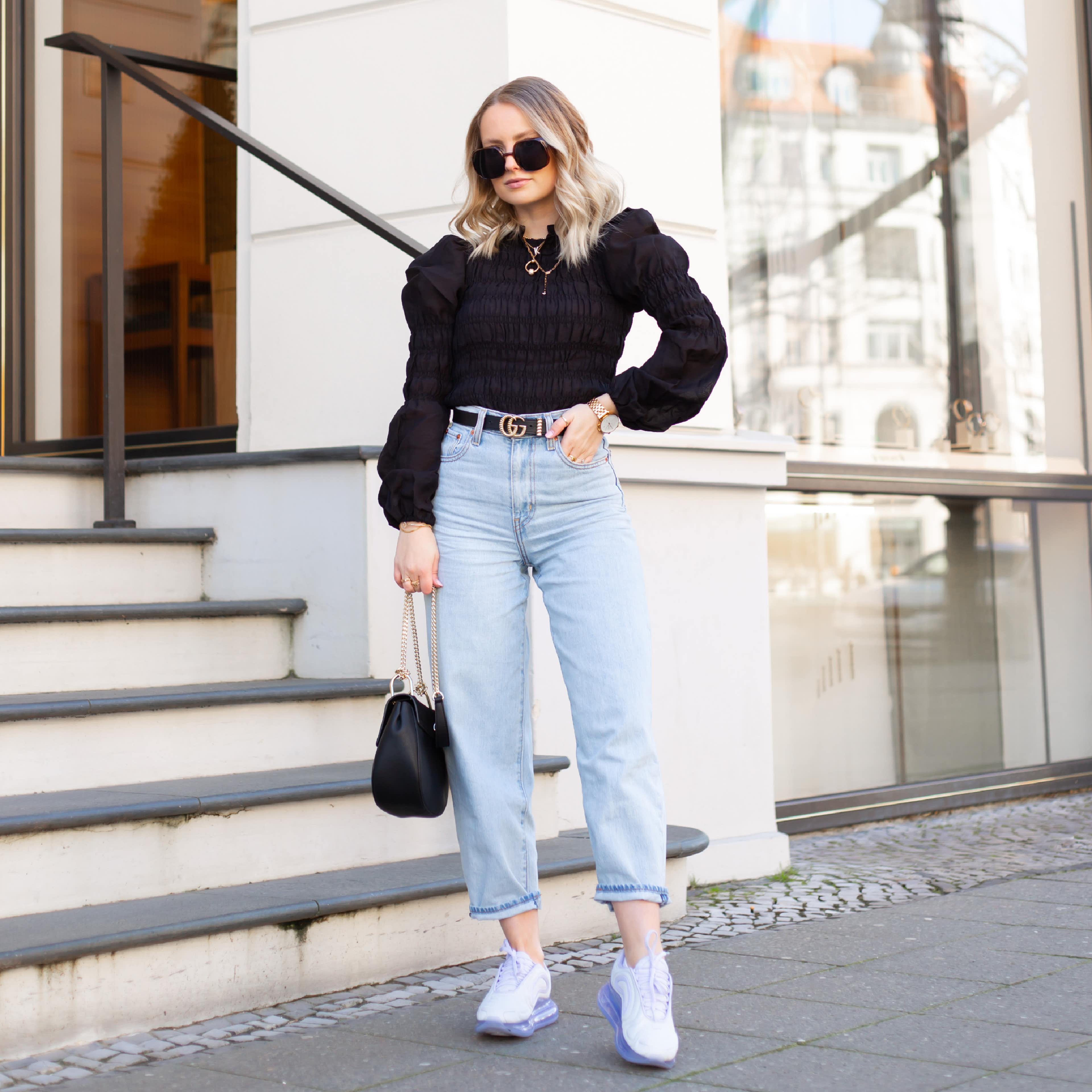 Frau im Trendlook und Sneaker