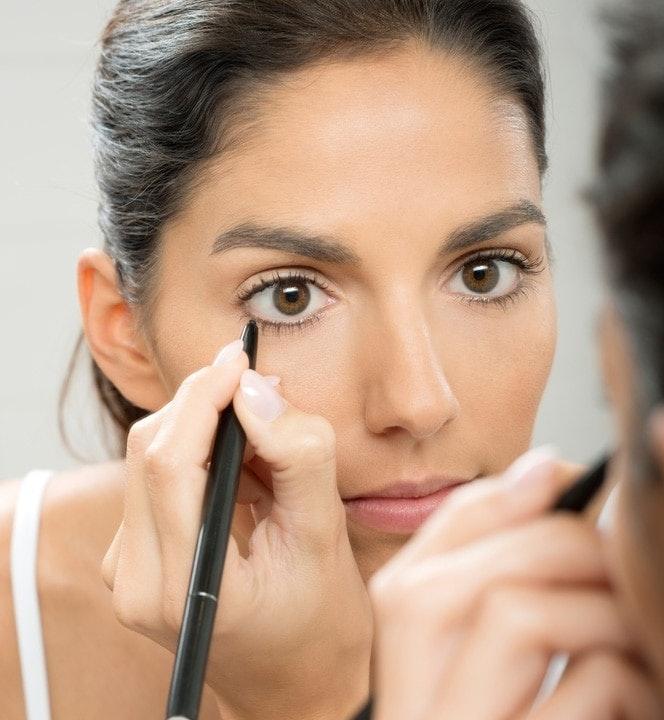 Diese Glanzpunkte Beim Augen Make Up Für Braune Augen Machen Die Spiegel  Der Seele Zu Einem Intensiven Hingucker. Seien Sie Bei Schminktipps Für ...