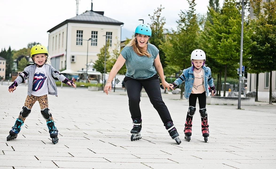 Anni Friesinger mit ihren Kindern beim Inlineskaten