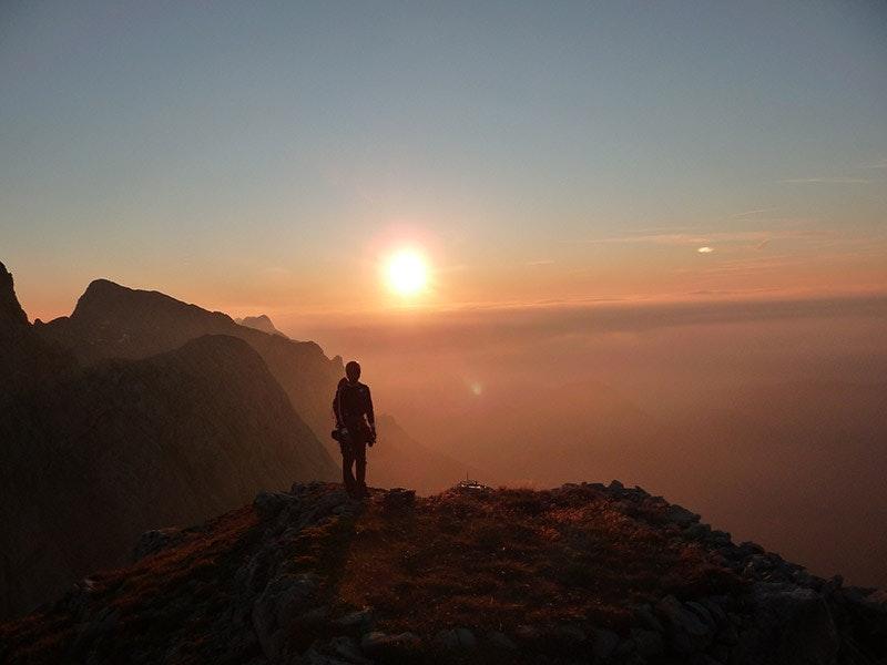 3.Für Alpinisten mit Abenteuer-Neigung bei absolut stabilem Wetter: Über 50 Klettertouren führen auf das Totenkirchl im Wilden Kaiser, unterhalb des Gipfels warten auf einem Balkon grüne Pflanzenpolster. Eventuell muss man sich den Ausblick mit ein paar Gämsen teilen.