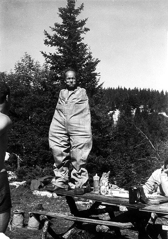 Fernand Petzl demonstriert die richtige Nutzung eines Speläo-Anzugs.